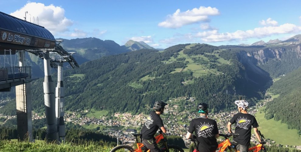 3 Mountain bikers standing on top of Le Pleney in Morzine