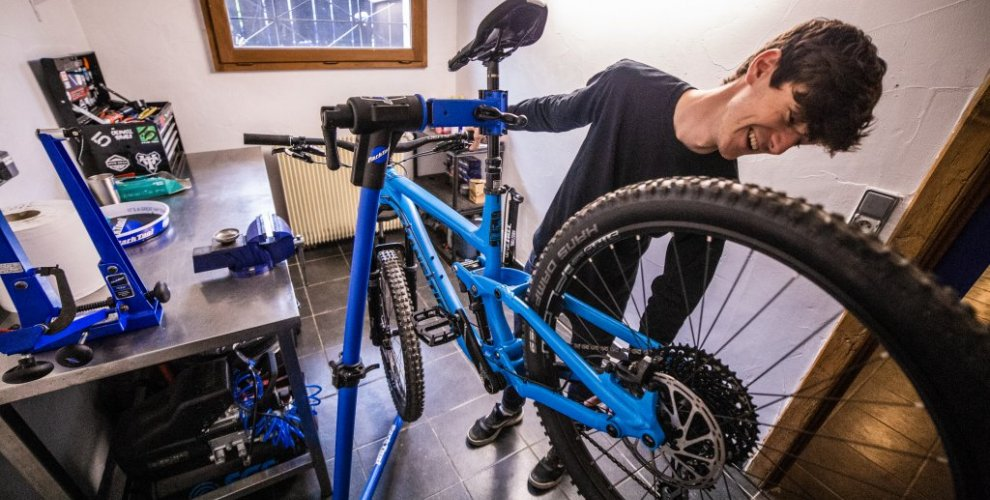 workshop in morzine, fully equipped with mechanic