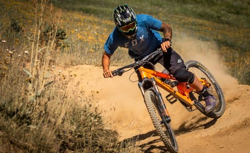 Scott Windsor in the turns and dust of Super Morzine